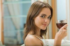 Femme avec la glace de vin rouge Photographie stock