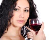Femme avec la glace de vin rouge Photos libres de droits