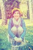 Femme avec la guirlande des pissenlits, filtre d'arc-en-ciel Photographie stock libre de droits