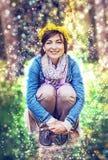 Femme avec la guirlande des pissenlits, rétro filtre Photographie stock libre de droits