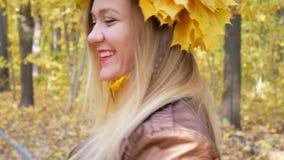 Femme avec la guirlande jaune de feuille banque de vidéos