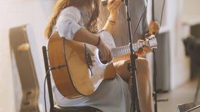 Femme avec la guitare à l'étape dans le grenier Photos libres de droits