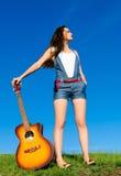 Femme avec la guitare photographie stock libre de droits