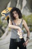 Femme avec la guitare jaune au-dessus de l'épaule Photos libres de droits