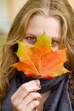 Femme avec la lame d'automne Photographie stock