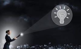 Femme avec la lanterne à disposition image libre de droits