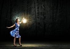 Femme avec la lanterne Photographie stock