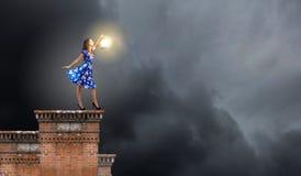 Femme avec la lanterne Photo stock