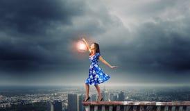 Femme avec la lanterne Image stock