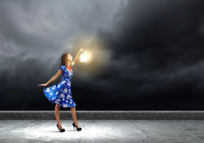 Femme avec la lanterne Photos stock