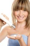 Femme avec la lotion de fuselage Image libre de droits