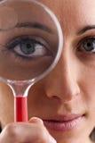 Femme avec la loupe photo libre de droits