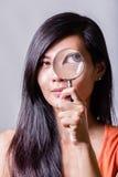 Femme avec la loupe Photos libres de droits