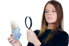 Femme avec la loupe et l'euro argent d'argent comptant Photographie stock libre de droits