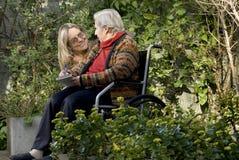 Femme avec la mère dans le jardin - horizontal Photo stock