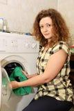 Femme avec la machine à laver Photographie stock libre de droits
