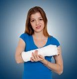 Femme avec la main cassée photographie stock