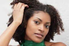 Femme avec la main dans le cheveu photos stock