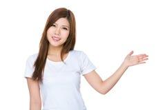 Femme avec la main montrant un signe vide pour la vente de produit Photographie stock libre de droits