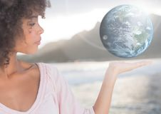 Femme avec la main ouverte de paume tenant le globe de la terre du monde Image libre de droits