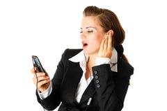 Femme avec la musique de écoute d'écouteur sur le mobile Photographie stock libre de droits