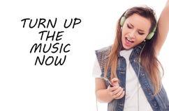 Femme avec la musique de écoute d'écouteurs. Danse de fille d'adolescent. Ea Images libres de droits