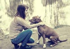 Femme avec la nature de chien jouant ensemble Image stock