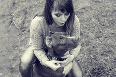 Femme avec la nature de chien jouant ensemble Photos libres de droits