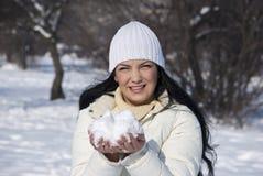 Femme avec la neige en jour ensoleillé de l'hiver Photo stock