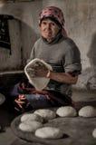 Femme avec la pâte dans le Tadjikistan Photographie stock libre de droits