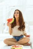 Femme avec la pastèque Photographie stock