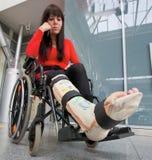 Femme avec la patte en plâtre Photographie stock libre de droits
