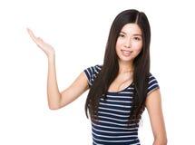 Femme avec la paume ouverte de main photos stock