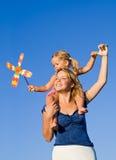 Femme avec la petite fille jouant à l'extérieur Photos stock