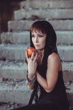Femme avec la pomme dans le bâtiment d'abandon Photo stock