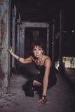 Femme avec la pomme dans le bâtiment d'abandon Photographie stock libre de droits