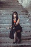 Femme avec la pomme dans le bâtiment d'abandon Photographie stock