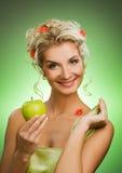 Femme avec la pomme verte mûre Image stock