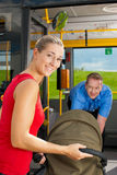 Femme avec la poussette entrant dans un bus images libres de droits