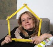 Femme avec la règle photographie stock libre de droits