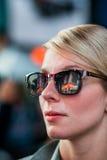 Femme avec la réflexion de bâtiments de Time Square dans des lunettes de soleil chez Nig photographie stock
