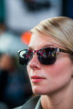 Femme avec la réflexion de bâtiments de Time Square dans des lunettes de soleil chez Nig photo stock