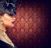 Femme avec la rétro coiffure dénommée et le maquillage Image libre de droits