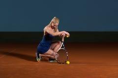 Femme avec la raquette de tennis et les billes de tennis Images libres de droits
