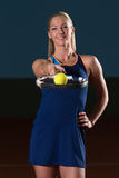 Femme avec la raquette de tennis et les billes de tennis Photos libres de droits