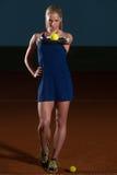Femme avec la raquette de tennis et les billes de tennis Photo stock