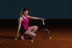 Femme avec la raquette de tennis et les billes de tennis Photo libre de droits