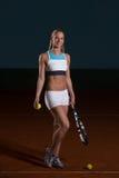 Femme avec la raquette de tennis et les billes de tennis Photos stock