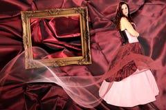 Femme avec la robe avec la crinoline et le cadre de tableau photographie stock libre de droits