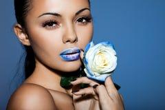 Femme avec la rose de bleu Image stock